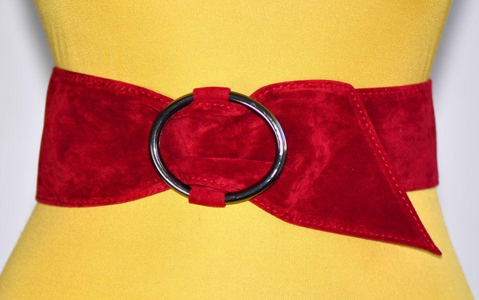 Одежда с красным ремнем